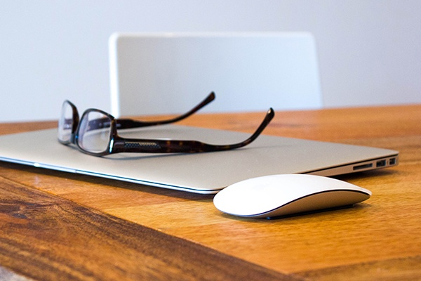 laptop_glasses_wooden_table2